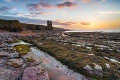 Nascer do sol no castelo de Keiss em Caithness fotos de stock royalty free