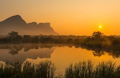Nascer do sol no Entabeni Safari Game Reserve, África do Sul foto de stock