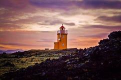 Nascer do sol no farol de Grindavik Islândia imagem de stock royalty free