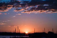 Nascer do sol no horizonte Fotos de Stock
