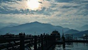 Nascer do sol no lago da lua do sol, Taiwan imagem de stock