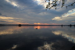 Nascer do sol 21 5 2014 no lago Juojärvi, Finlandia Imagens de Stock