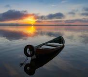 Nascer do sol no lago Seliger com um barco velho no primeiro plano Imagens de Stock