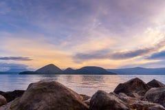 Nascer do sol no lago Toya fotos de stock royalty free