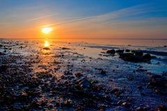 Nascer do sol no litoral do mar fotografia de stock royalty free