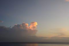 Nascer do sol no mar, Amed, Bali, Indonésia imagens de stock royalty free