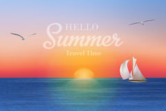 Nascer do sol no mar com um veleiro e as gaivotas Imagem de Stock
