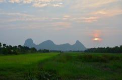 Nascer do sol no nome Khao Oktalu da montanha em Phatthalung Tailândia Imagens de Stock Royalty Free