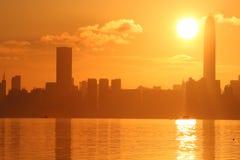 Nascer do sol no parque de shenzhen pelo mar imagem de stock royalty free