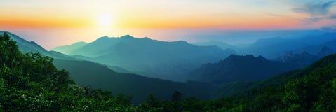 Nascer do sol no parque nacional de Seoraksan, o melhor da montanha em Coreia Imagem de Stock Royalty Free