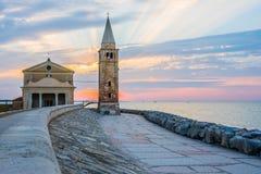 Nascer do sol no passeio de Caorle Itália Caorle, farol Imagem de Stock