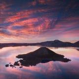 Nascer do sol no pico de Hillman, parque nacional do lago crater com cena do verão Vista panorâmica do lago o mais profundo nos E fotos de stock royalty free