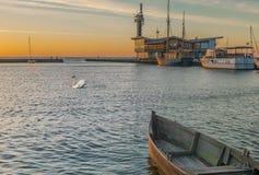 Nascer do sol no porto na vila de Nida, cuspe de Curonian, Lituânia Imagens de Stock