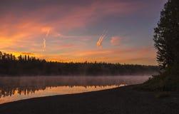 Nascer do sol no rio de Pechora Fotos de Stock Royalty Free