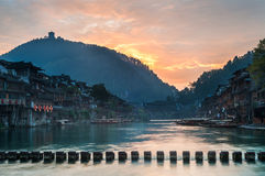 Nascer do sol no rio de Tuojiang, Fenghuang, província de Hunan, China Imagens de Stock Royalty Free