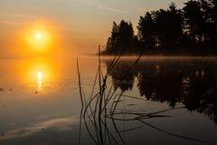 Nascer do sol no rio na manhã Rússia Imagem de Stock