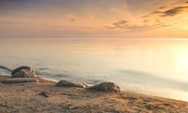Nascer do sol no Sandy Beach do mar Báltico Foto de Stock Royalty Free