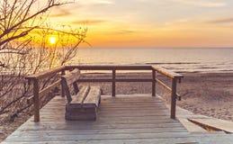 Nascer do sol no Sandy Beach do mar Báltico Fotografia de Stock Royalty Free