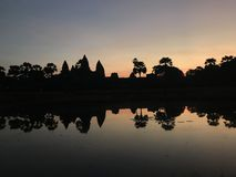 Nascer do sol no templo do wat do angkor, cambodia foto de stock royalty free