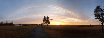 Nascer do sol no tempo do riht e em linhas planas impressionantes do céu Fotografia de Stock