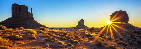 Nascer do sol no vale do monumento Imagens de Stock