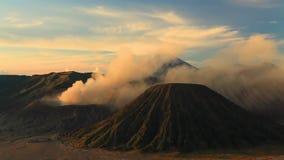 Nascer do sol no vulcão de Bromo da montagem, East Java, Indonésia vídeos de arquivo