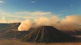 Nascer do sol no vulcão de Bromo da montagem, East Java, Indonésia video estoque