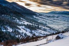 Nascer do sol nos Carpathians cobertos de neve foto de stock royalty free