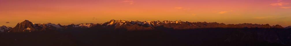 Nascer do sol nos cumes de Stubaier em Tirol, Áustria Fotos de Stock