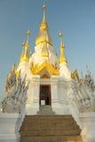 Nascer do sol o pagoda dourado na parte superior no templo. Fotos de Stock