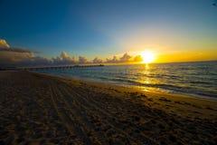 Nascer do sol do oceano ao longo da praia Foto de Stock Royalty Free