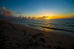 Nascer do sol do oceano ao longo da praia Fotografia de Stock
