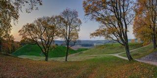 Nascer do sol do outono sobre montes de Kernave fotografia de stock royalty free