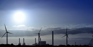 Nascer do sol panorâmico atrás do central elétrica bonde Fotografia de Stock Royalty Free