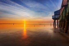 Nascer do sol pelo cais velho da praia do pomar imagens de stock