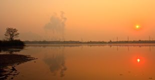 Nascer do sol perto da planta elétrica Fotos de Stock Royalty Free
