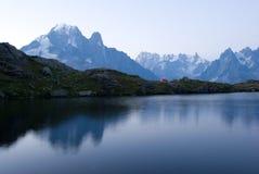 Nascer do sol perto de Mont Blanc nos cumes Foto de Stock Royalty Free