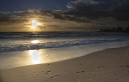 Nascer do sol perto do campo de golfe das plantações de Tobago Foto de Stock