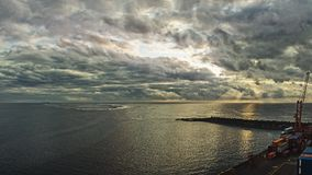 Nascer do sol perto do porto imagens de stock royalty free