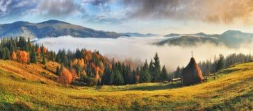 Nascer do sol pitoresco nas montanhas Carpathian fotos de stock royalty free