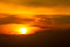 Nascer do sol-por do sol com nuvens, raios claros e o outro efeito atmosférico Nascer do sol alaranjado brilhante sobre nuvens co foto de stock royalty free