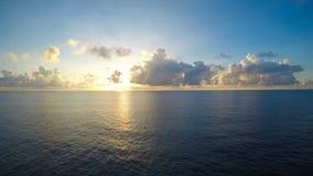 Nascer do sol a pouca distância do mar do lapso de tempo com fluxo da nuvem ao lado esquerdo smootly video estoque