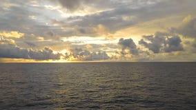 Nascer do sol a pouca distância do mar do lapso de tempo com operationconcept do barco do grupo para o poder video estoque