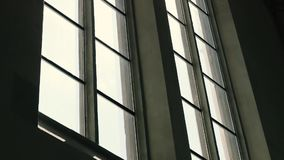 Nascer do sol que olha para fora através da janela filme