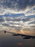 Nascer do sol que viaja através das nuvens bonitas imagem de stock royalty free