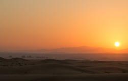 Nascer do sol quente nas dunas do deserto de Dubai, Emiratos Árabes Unidos Fotografia de Stock