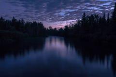 Nascer do sol do rio de Namekagon com os céus nebulosos roxos fotografia de stock