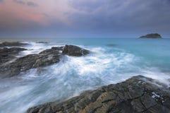 Nascer do sol rochoso da costa Imagem de Stock