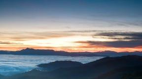 Nascer do sol romântico no vale da névoa Imagens de Stock Royalty Free