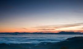 Nascer do sol romântico no vale da névoa Fotografia de Stock Royalty Free